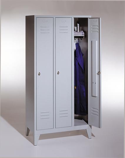 Garderoben-Stahlspind 3 Abteile mit Füßen, Breite 990 mm, Höhe 1850 mm, lichtgrau