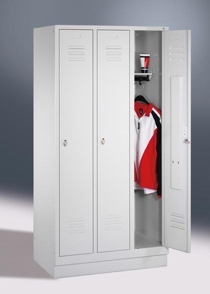Garderoben-Stahlspinde, 3 Türen mit Sockel, Breite 1220 mm, in 3 Farben
