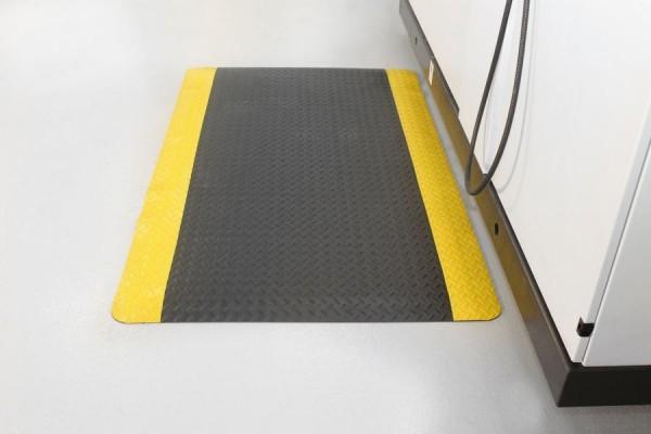 Arbeitsplatzmatte Diamond Deckplate mit gelben Rand, 900 x 3000 mm