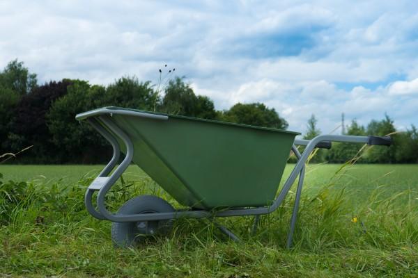 Stall- und Hofkarre, 160 Liter, 250 kg Tragkraft, pannensicherer Reifen, Kunststoffmulde grün